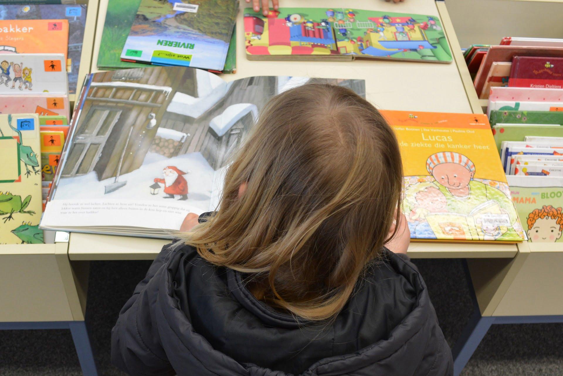 Enfants à la bibliothèque, aimer lire des livres