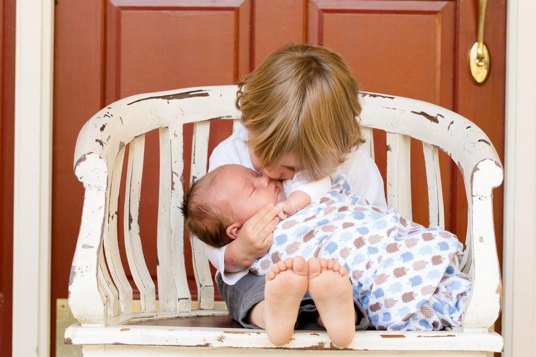 petite soeur, nouveau bébé dans une famille