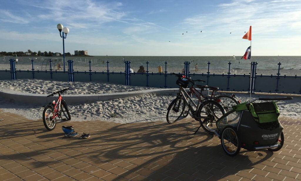 vélo avec des enfants, à la plage