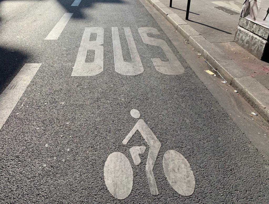 piste cyclable et bus